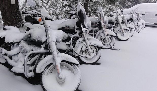 Motociklininkai su žieminėmis padangomis važinės trumpiau